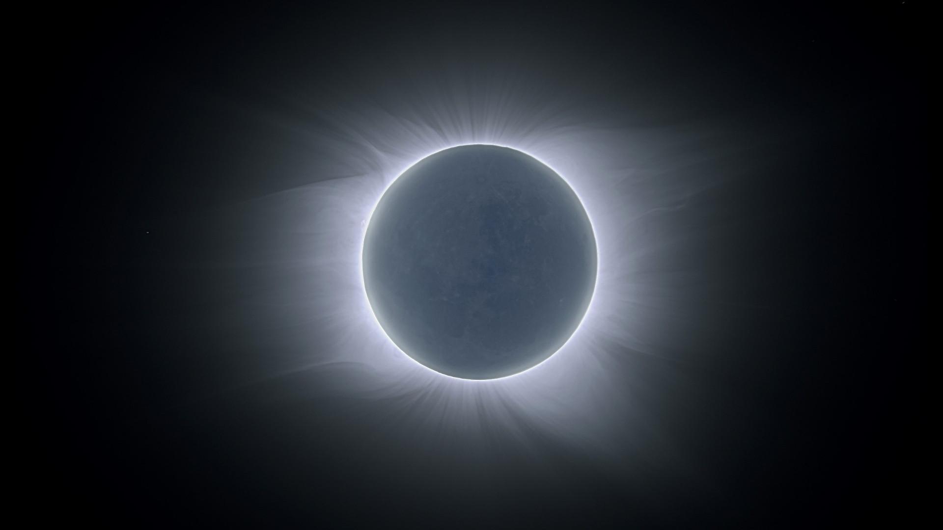 2020's First Lunar Eclipse is A Wolf Moon