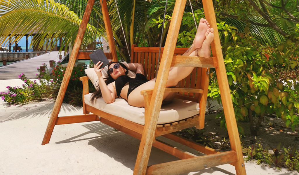 'Tropical Island Baby' Minissha Lamba Spotted 'Lost in the View' in Maldives